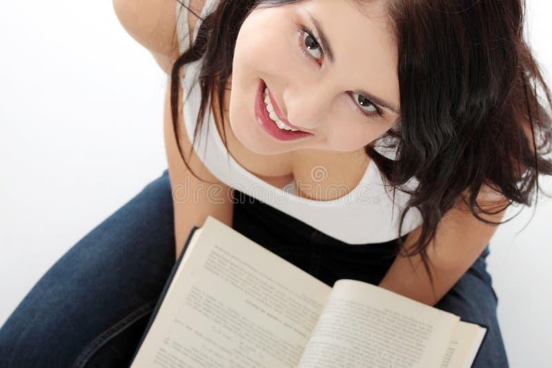 Schönes junges kaukasisches Frauenlesebuch stockbild