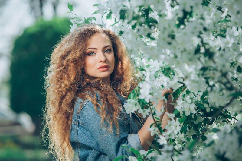 Schönes junges kaukasisches Mädchen mit dem gelockten Haar lizenzfreies stockbild