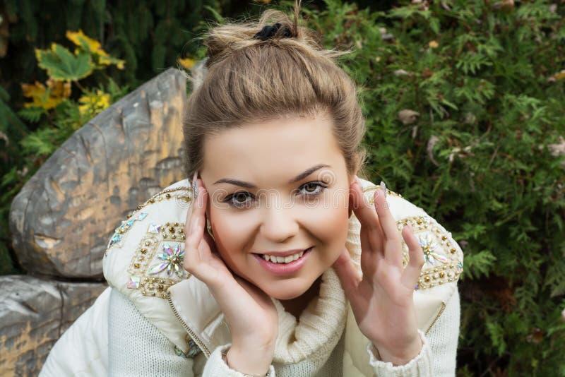 Schönes junges lächelndes Mädchen stockfotos