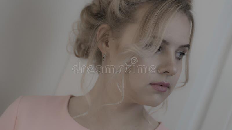 Schönes junges Mädchen stockfotos