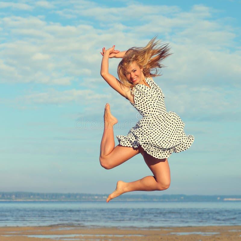 Schönes junges Mädchen auf Meer stockfotografie