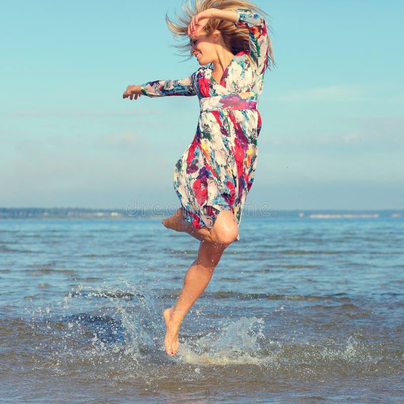 Schönes junges Mädchen auf Meer lizenzfreies stockfoto