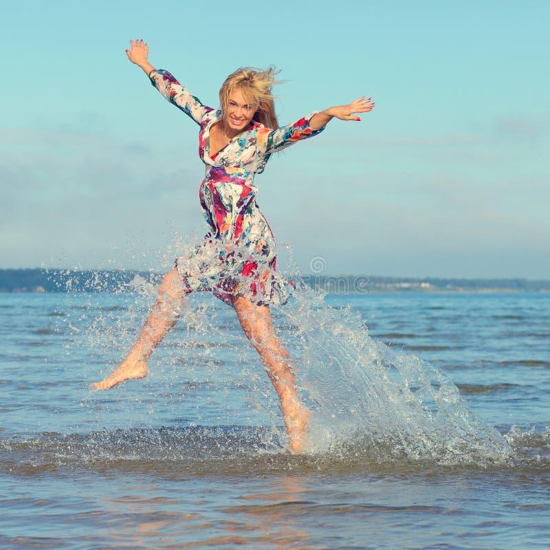 Schönes junges Mädchen auf Meer lizenzfreie stockfotografie