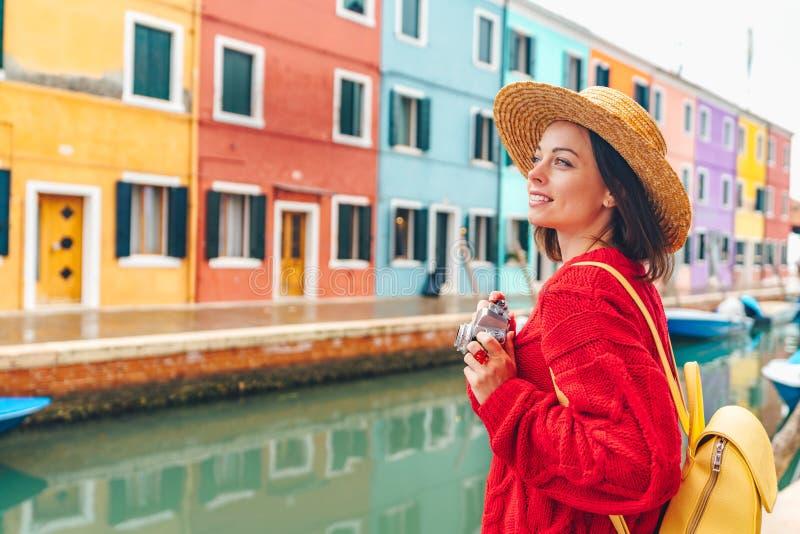 Schönes junges Mädchen in Burano lizenzfreie stockbilder