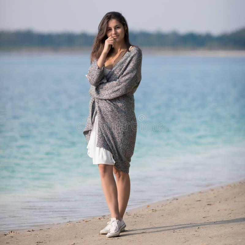 Schönes junges Mädchen, das den See bereitsteht stockfotos