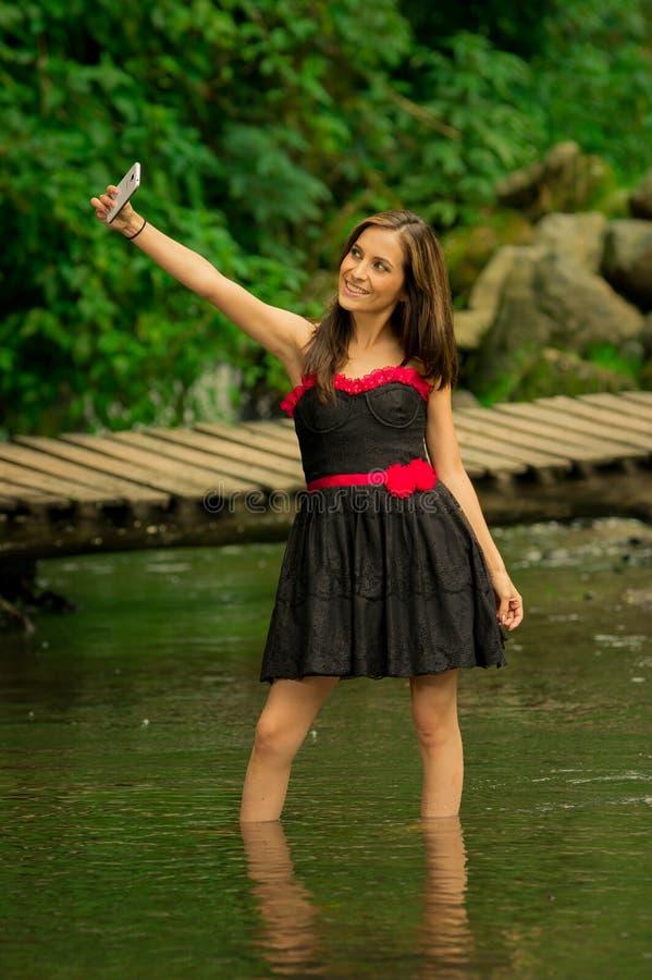 Schönes junges Mädchen, das ein selfie in der Mitte nimmt lizenzfreie stockfotografie