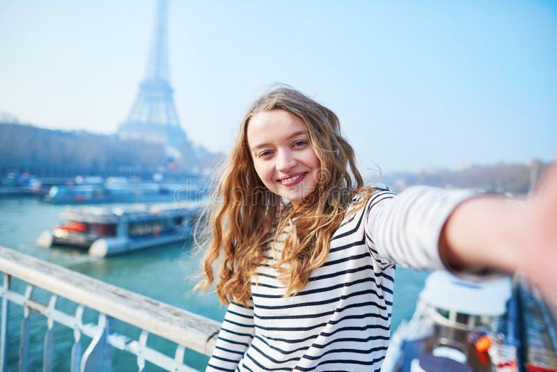 Schönes junges Mädchen, das lustiges selfie in Paris nimmt stockfoto