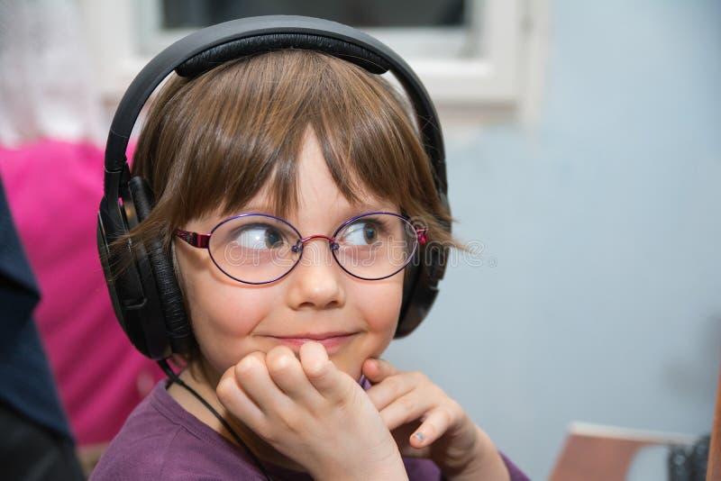 Schönes junges Mädchen, das Musik mit Kopfhörer hört lizenzfreie stockfotos