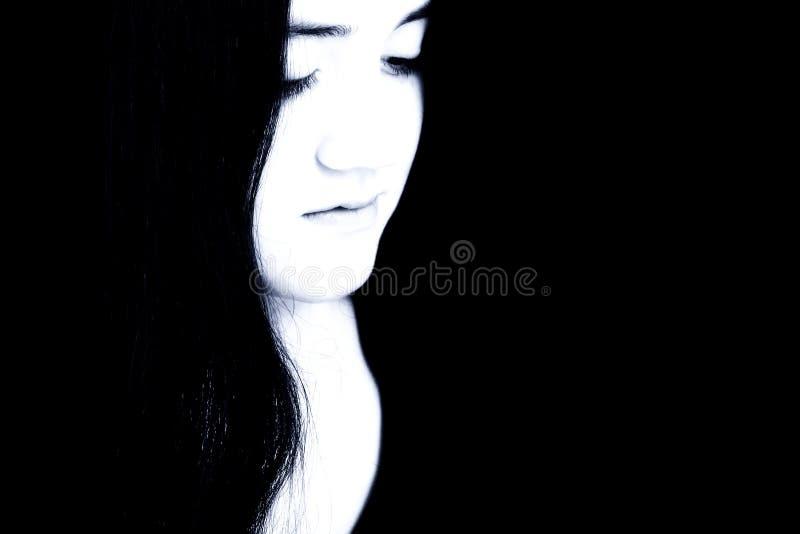 Schönes junges Mädchen in den blauen Tönen gegen Schwarzes lizenzfreie stockfotografie