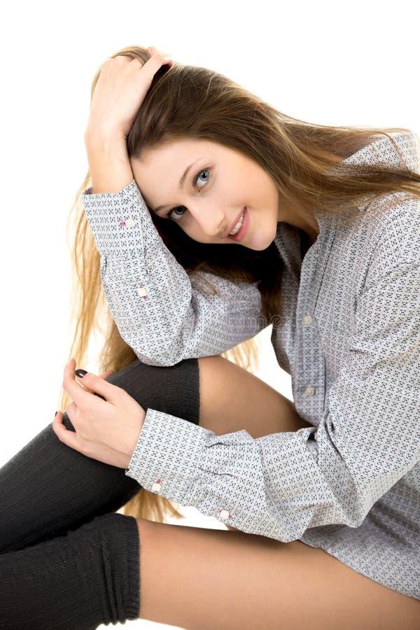 Schönes junges Mädchen in der gemütlichen Kleidung stockfotos