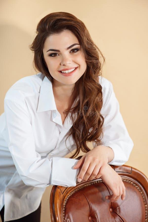 Schönes junges Mädchen in der modernen weißen Bluse stockfoto