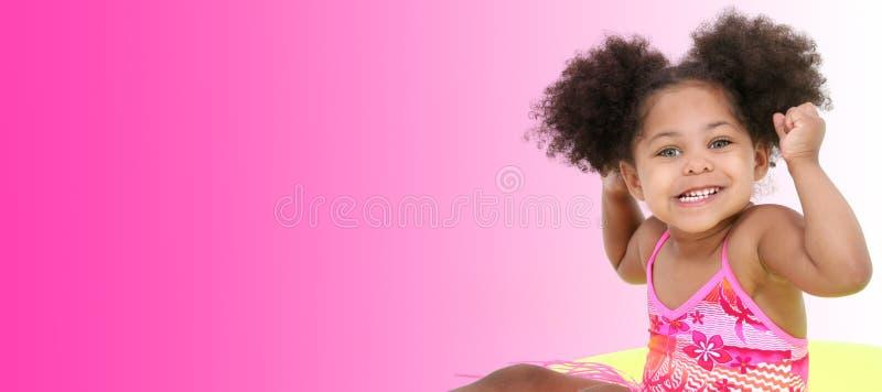 Schönes junges Mädchen in der Strand-Kleidung auf rosafarbenem Hintergrund stockbilder