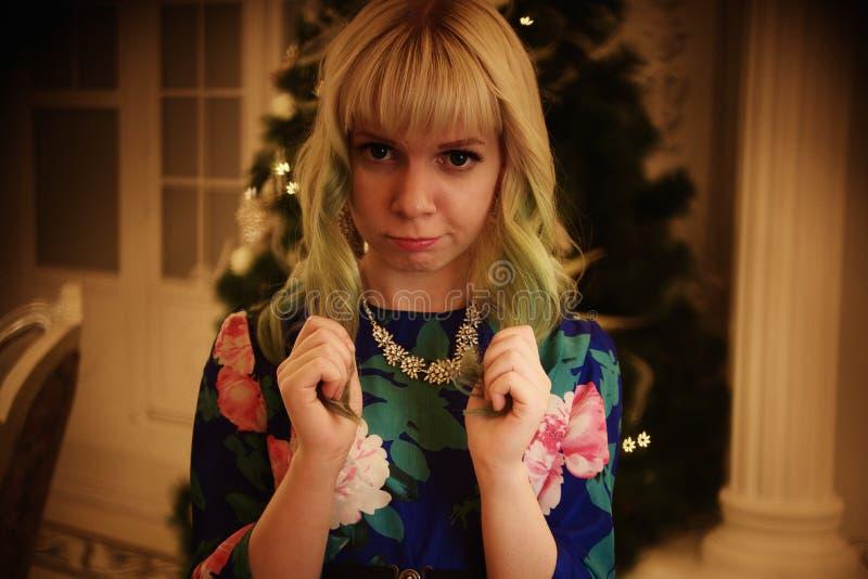 Schönes junges Mädchen des Porträts nahe Weihnachtsbaum mit Geschenken lizenzfreie stockfotografie