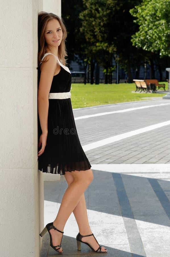 Schönes junges Mädchen draußen am Sommer stockfotos