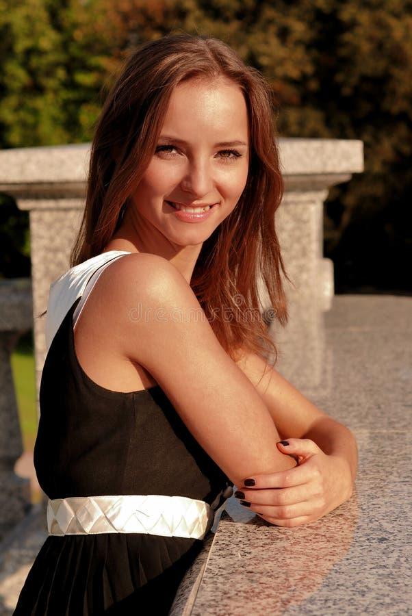 Schönes junges Mädchen draußen am Sommer lizenzfreie stockfotografie