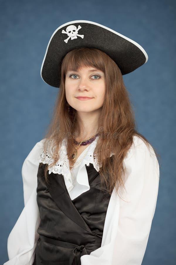 Schönes junges Mädchen in einem Piratenhut auf Blau lizenzfreies stockbild