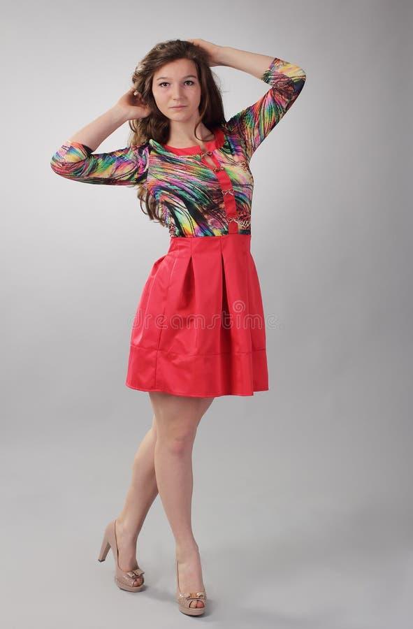 Schönes junges Mädchen in einem roten Kleid lizenzfreie stockbilder