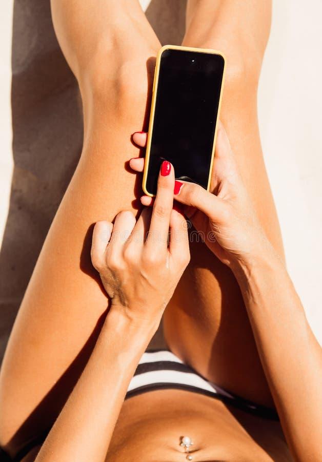 Schönes junges Mädchen in einem sexy Bikini auf dem tropischen Strand des Sandes lizenzfreie stockfotografie