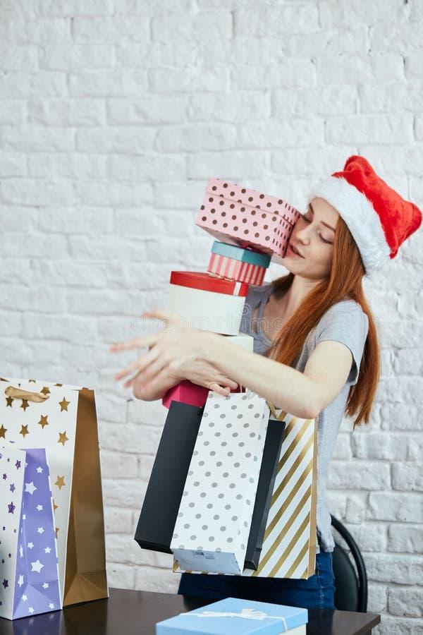 Schönes junges Mädchen hält viele Geschenke für Freunde lizenzfreie stockfotos