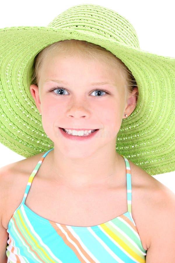 Schönes junges Mädchen im grünen Strand-Hut lizenzfreies stockbild