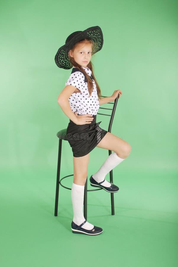 Schönes junges Mädchen im schwarzen Hut auf seinem Kopf lizenzfreies stockfoto