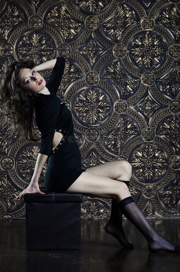 Schönes junges Mädchen im schwarzen sexy Kleid lizenzfreies stockfoto