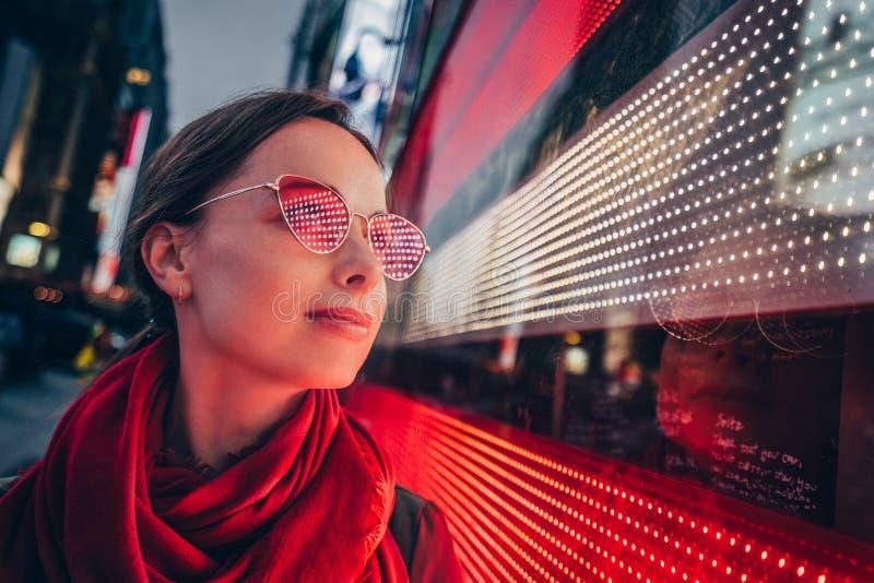 Schönes junges Mädchen im Times Square stockfoto