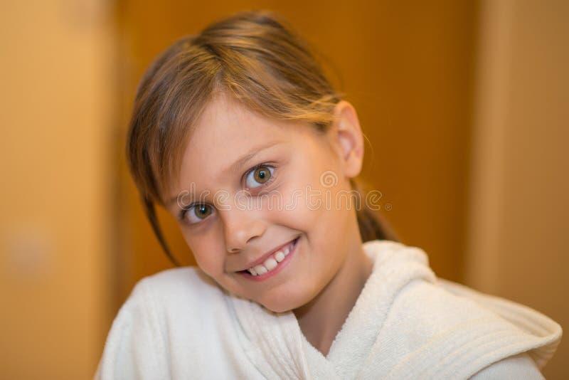 Schönes junges Mädchen im weißen Bademantel lizenzfreies stockfoto