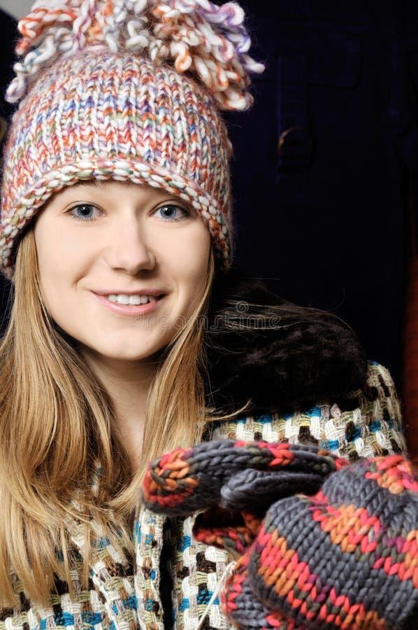 Schönes junges Mädchen im Winterhut lizenzfreies stockbild