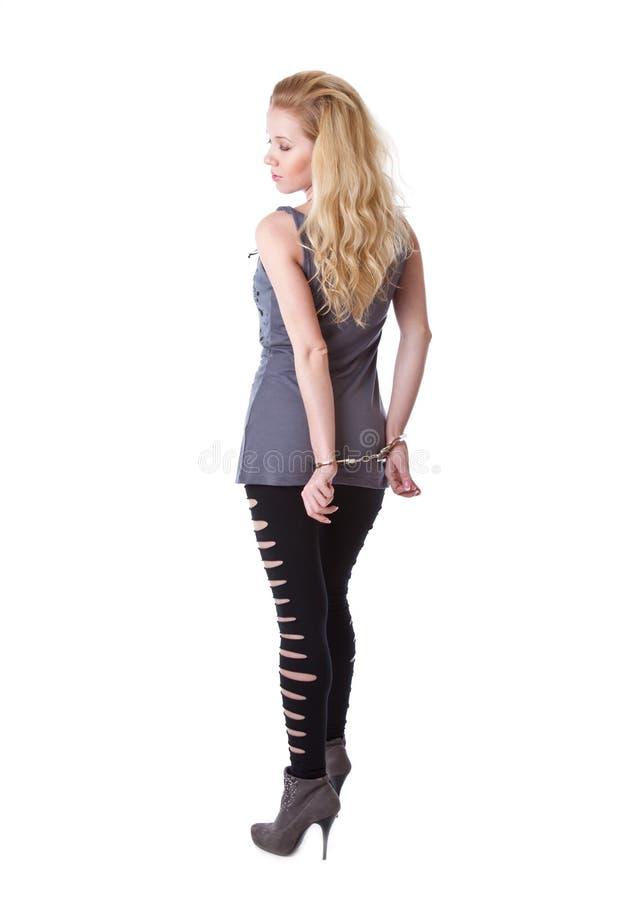 Schönes junges Mädchen ist in den Handschellen lizenzfreies stockfoto