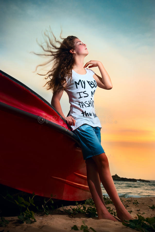 Schönes junges Mädchen mit dem flüssigen Haar steht auf t lizenzfreies stockbild