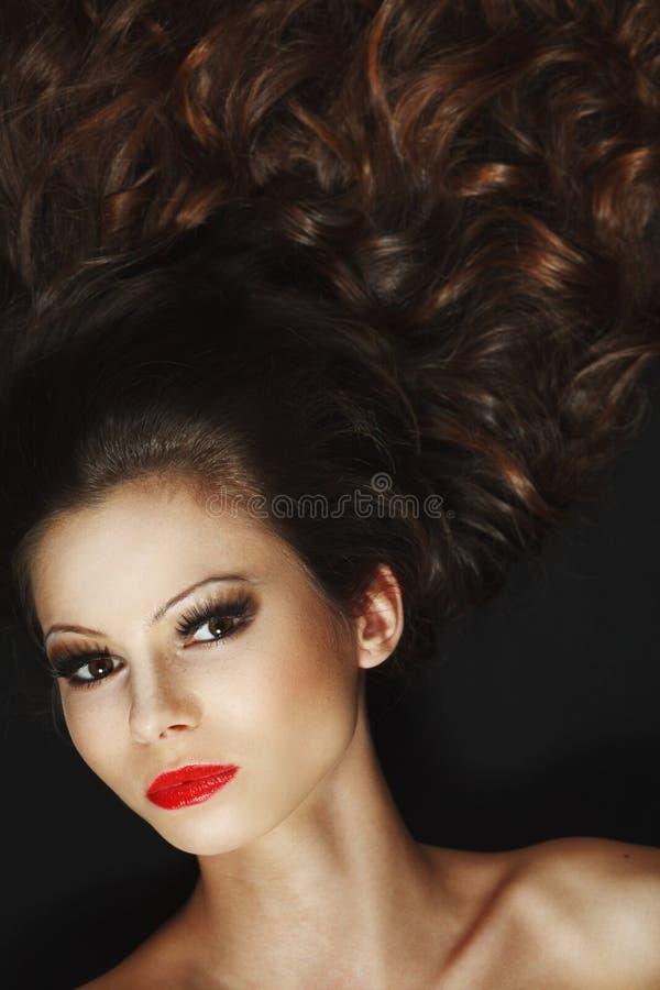 Schönes junges Mädchen mit dem langen braunen Haar stockbilder
