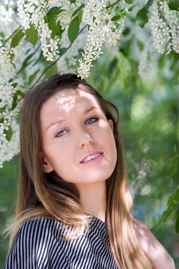Schönes junges Mädchen mit dem langen Haar stockbilder