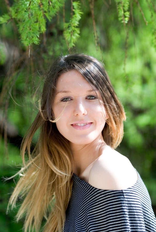 Schönes junges Mädchen mit dem langen Haar stockfotos