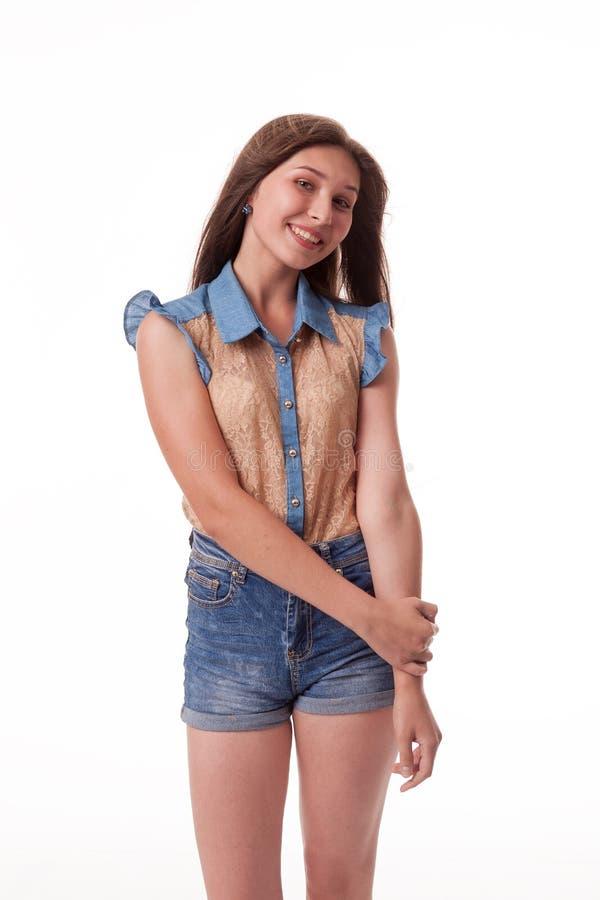 Schönes junges Mädchen mit dem langen Haar zeigt frohe Gefühle Fotografieren auf einem weißen Hintergrund lizenzfreies stockfoto