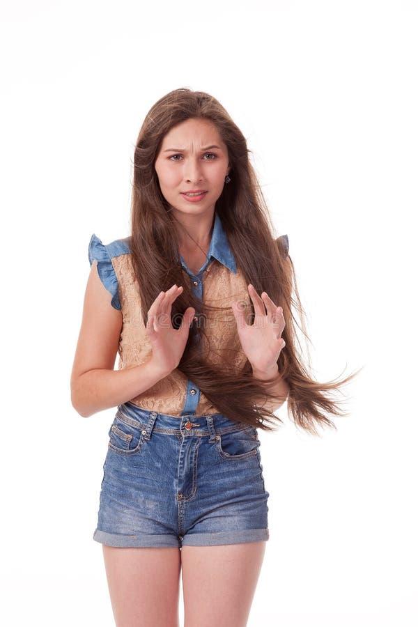 Schönes junges Mädchen mit dem langen Haar zeigt negative Gefühle - Wachsamkeit Fotografieren auf einem weißen Hintergrund stockfotos