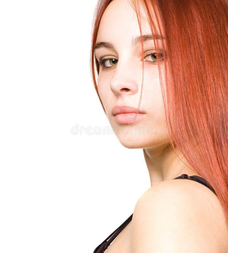 Schönes junges Mädchen mit dem roten Haar und den grünen Augen lizenzfreie stockfotografie