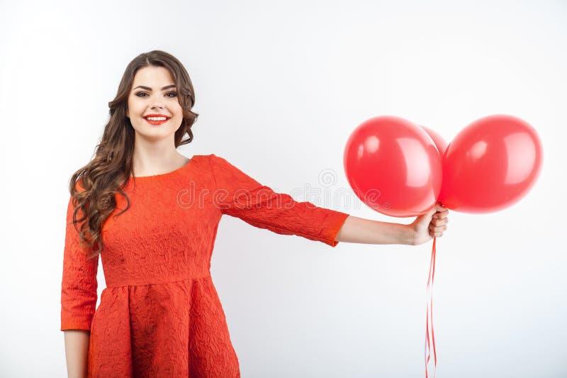 Schönes junges Mädchen mit hübschem Lächeln im Rot lizenzfreie stockbilder