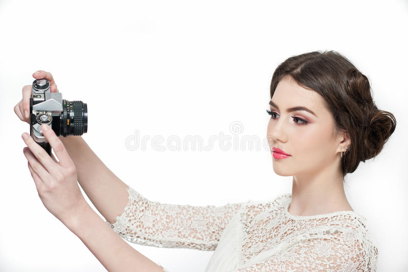 Schönes junges Mädchen mit kreativem Make-up und der Frisur, die Fotos von mit einer Kamera macht Modernes attraktives jugendlich stockfotos