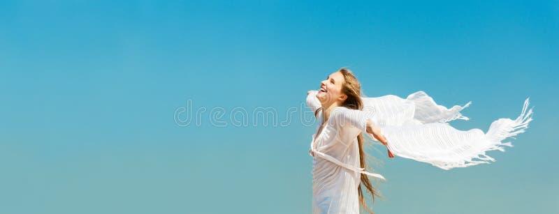 Schönes junges Mädchen mit weißer Schal Fahne lizenzfreies stockbild