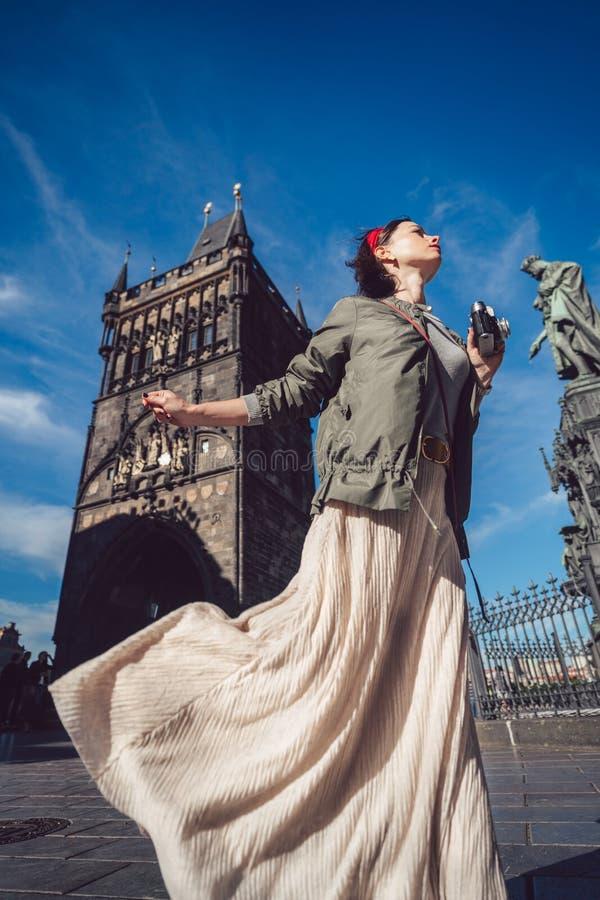 Schönes junges Mädchen in Prag stockfotos