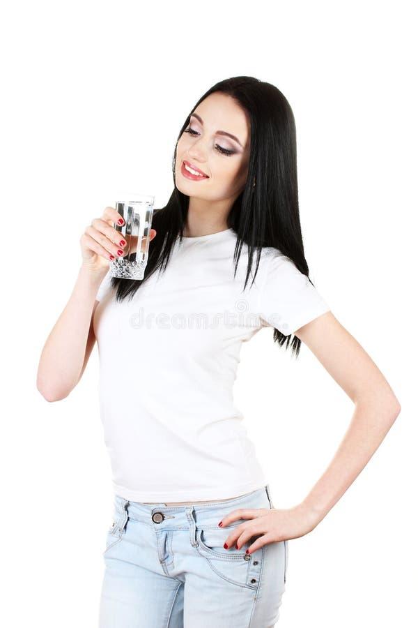 Schönes junges Mädchen und Glas Wasser stockfoto
