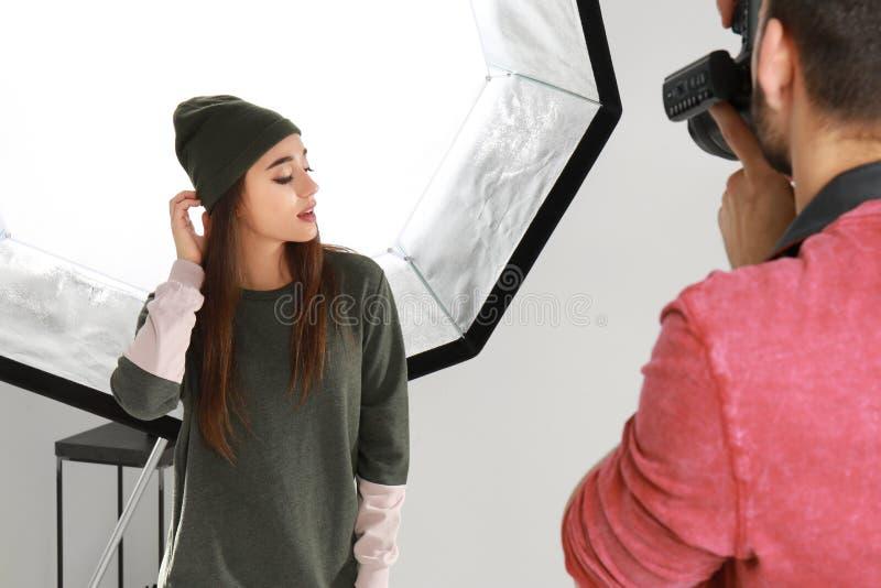 Schönes junges Modell, das für Berufsfotografen aufwirft lizenzfreies stockfoto