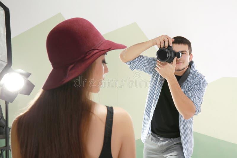 Schönes junges Modell, das für Berufsfotografen aufwirft stockfoto
