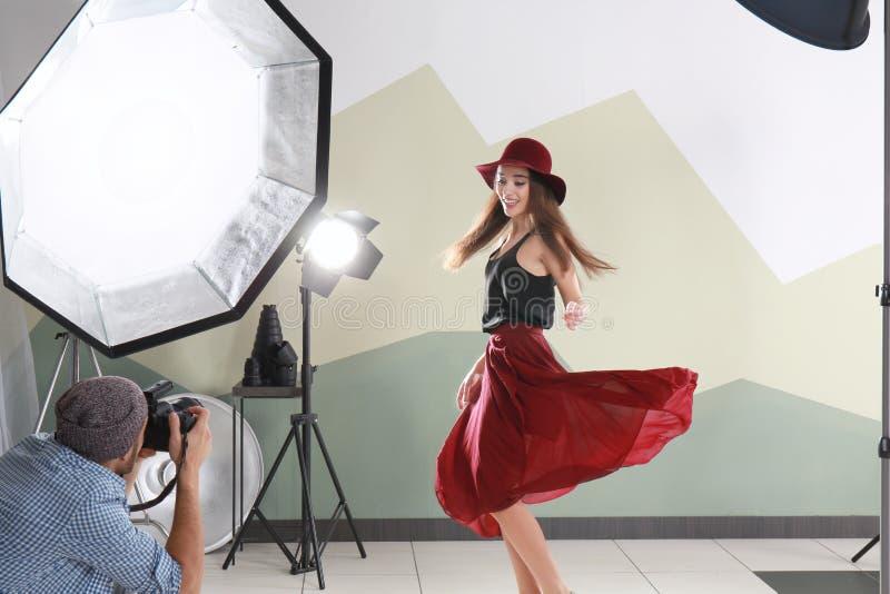 Schönes junges Modell, das für Berufsfotografen aufwirft stockfotografie