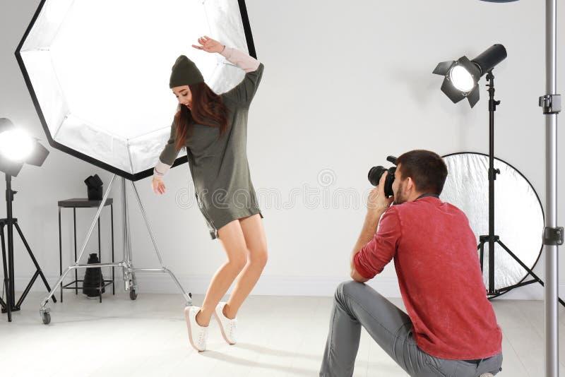 Schönes junges Modell, das für Berufsfotografen aufwirft lizenzfreie stockfotos
