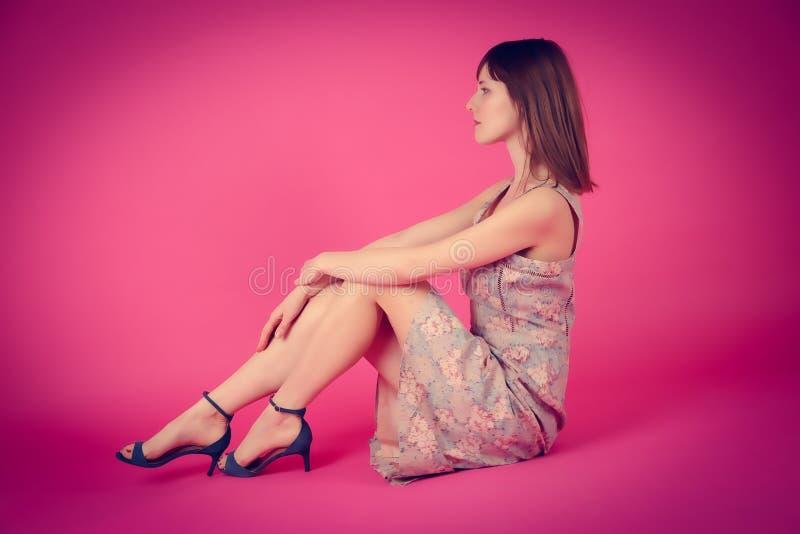 Schönes junges Modell rosa Franzosen kleiden rosa Hintergrund stockfotos