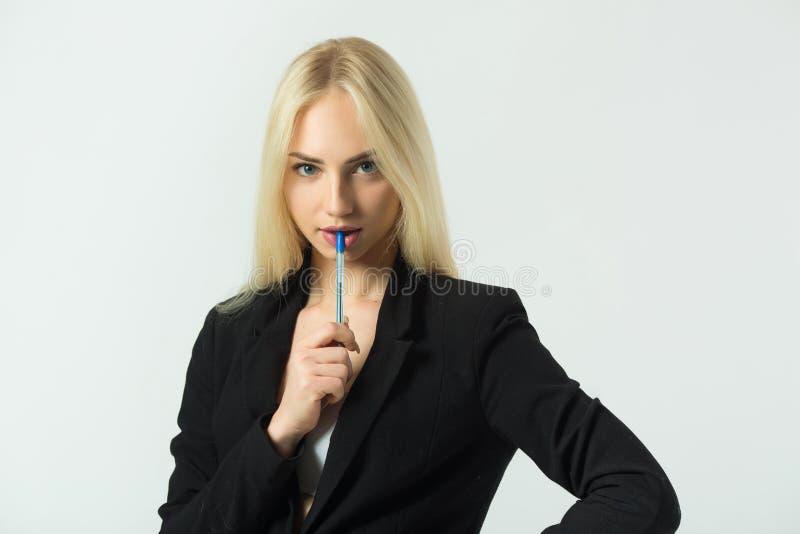 Schönes junges modernes Mädchen auf einem weißen Hintergrund lizenzfreies stockfoto
