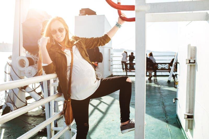 Schönes junges Porträt der schwangeren Frau auf Fähre lizenzfreies stockfoto