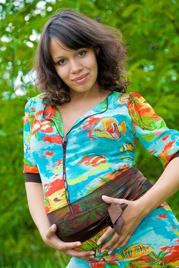 Schönes junges Portrait der schwangeren Frau stockfotografie